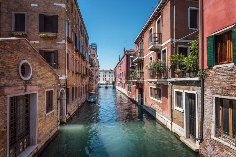 传统运河街道和五颜六色的威尼斯式房子在威尼斯, 免版税图库摄影