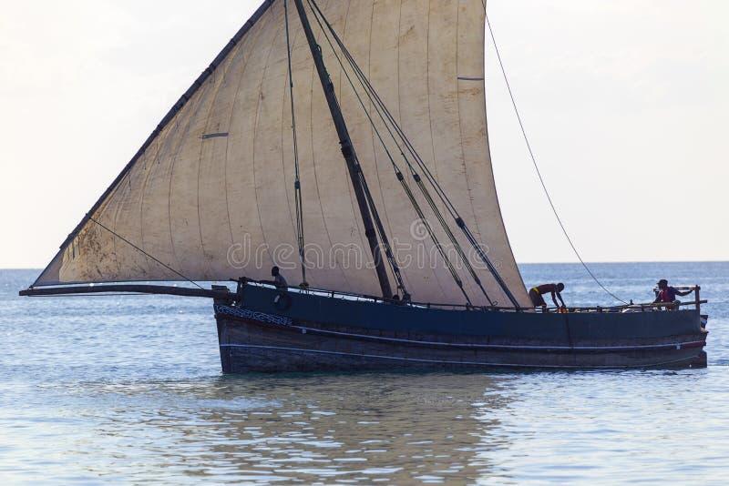 传统运输单桅三角帆船现出轮廓的细节  库存图片