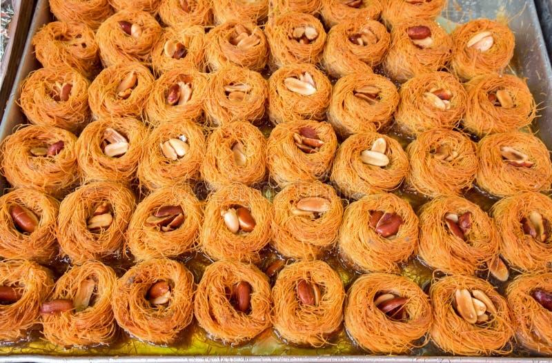 传统阿拉伯和土耳其甜点酥皮点心点心kadaif 图库摄影