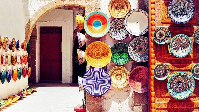 传统阿拉伯语手工造,在平均观测距离的五颜六色的装饰的板材 免版税图库摄影