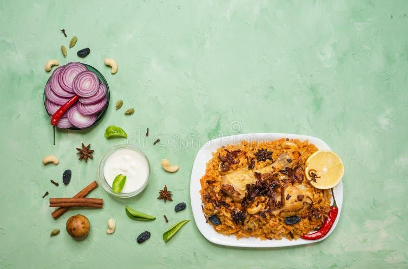传统阿拉伯食物:与鸡的kabsa在板材 免版税库存照片