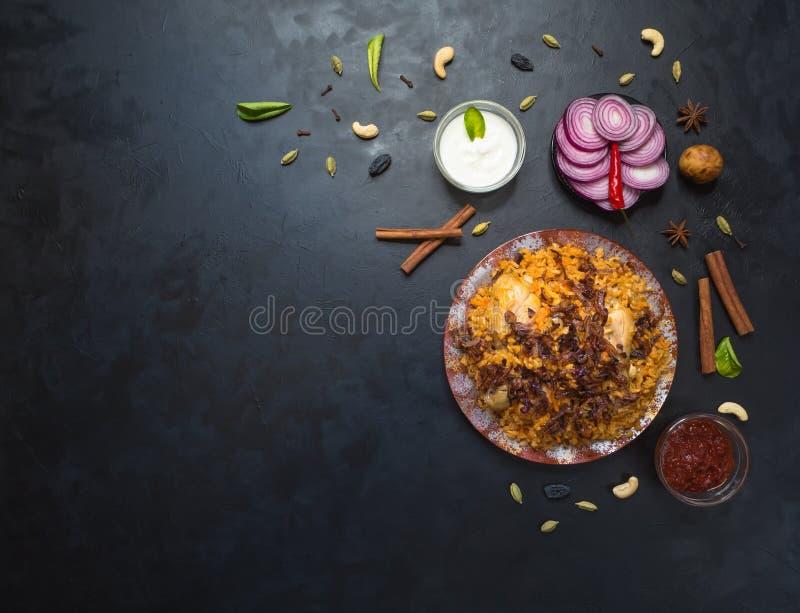 传统阿拉伯食物:与鸡的kabsa在板材 免版税图库摄影