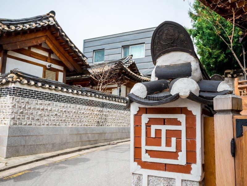 传统韩国墙壁样式和历史房子标志建筑学在北村韩屋村在汉城,韩国 图库摄影