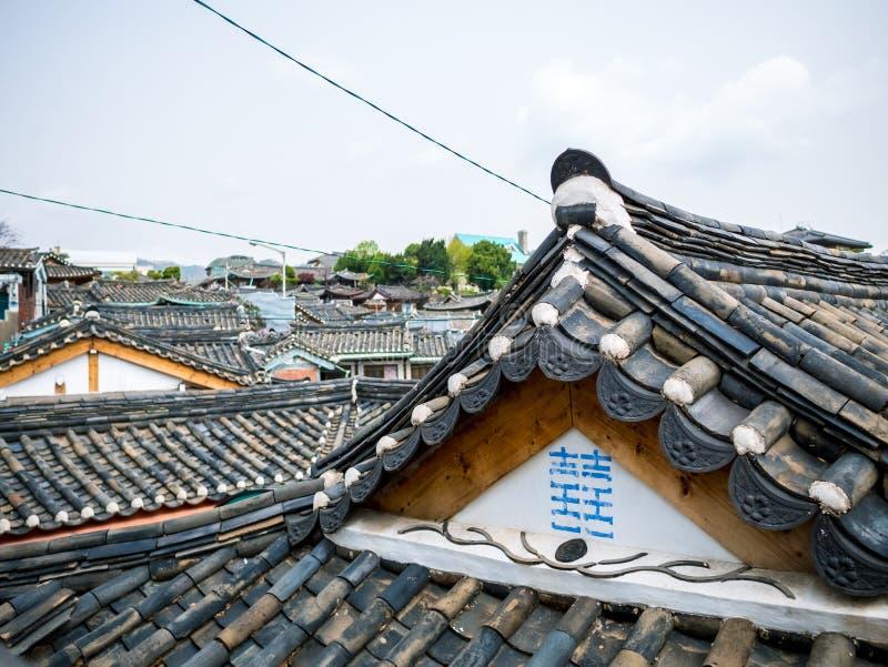 传统韩国瓦屋顶hanok汉城,韩国 阳光照明设备火光 图库摄影