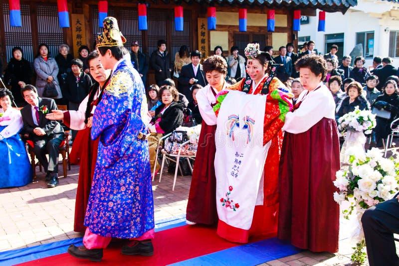 传统韩文婚礼的性能。 免版税库存图片
