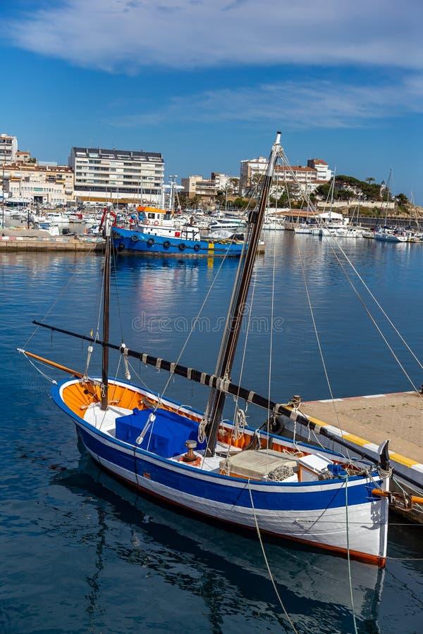 传统风帆船在港口帕拉莫斯在西班牙的布拉瓦海岸 免版税库存图片