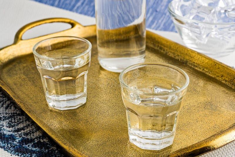 传统饮料Ouzo或Raki 免版税库存图片