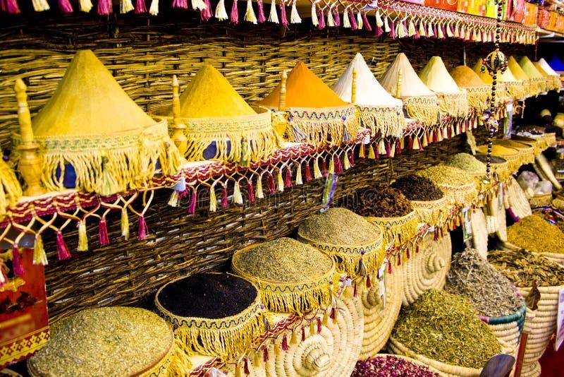 传统香料市场-罐和木木盆在行站立用茶,香料,果子,根,花 街道义卖市场 库存照片