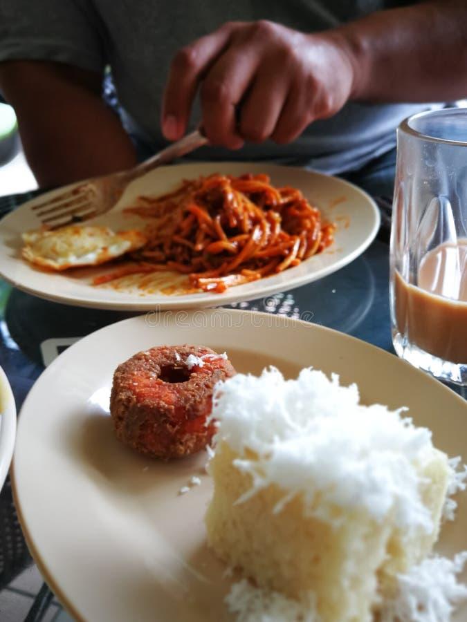 传统马来西亚食物,可口和普遍的被分类的甜点心或叫作kuih品种作为早餐 库存图片