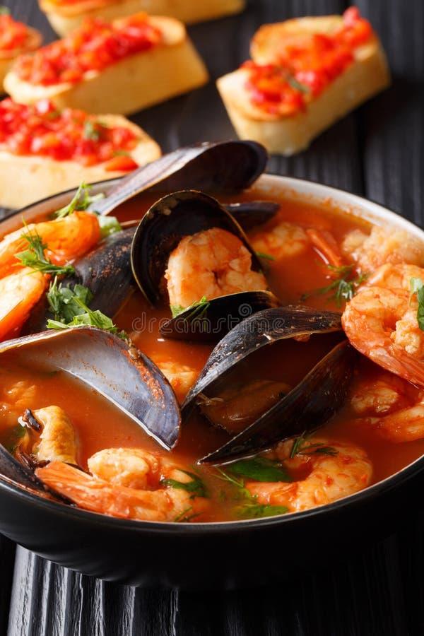 传统马赛汤法式海鲜汤用虾,鱼填装 免版税库存图片