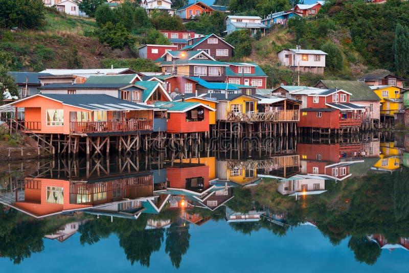 传统高跷房子知道作为palafitos在市卡斯特罗在Chiloe海岛 免版税库存图片
