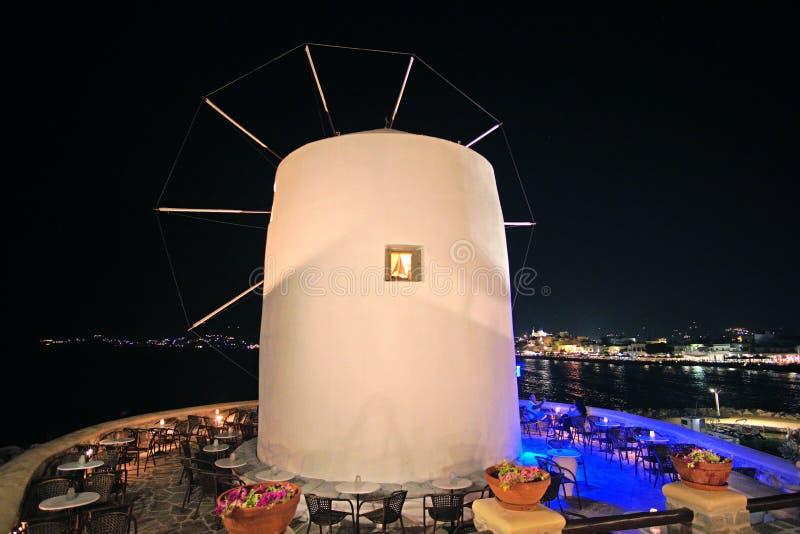 传统cycladic风车在晚上在帕罗斯岛,基克拉泽斯海岛上的Parikia  免版税库存图片