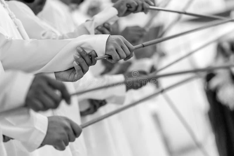 传统Emirati男性舞蹈,遗产,行动,缓慢的快门速度 免版税库存照片