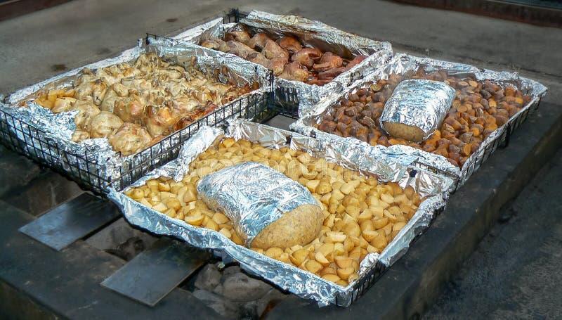 传统hangi膳食,烹调地下在地球烤箱由毛利人人民,罗托路亚,北岛,新西兰 图库摄影