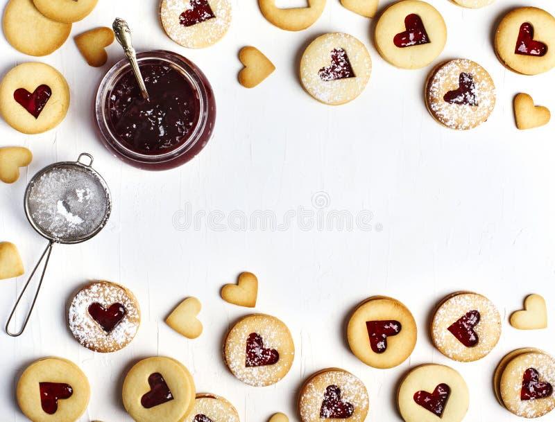 传统Linzer曲奇饼用草莓酱 免版税库存图片