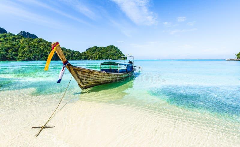 传统longtail小船停车处,安达曼海,披披岛,甲米府,泰国 库存图片