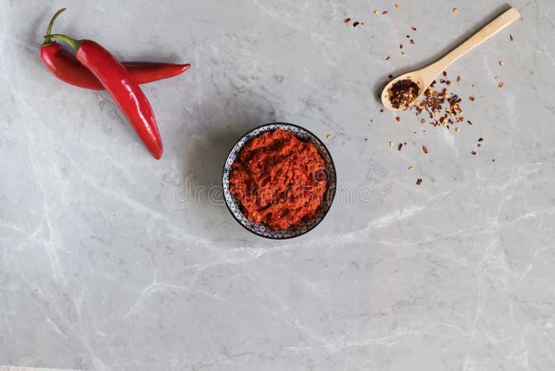传统Maghrebi辣椒调味汁酱harissa 突尼斯和阿拉伯烹调adjika 免版税库存照片