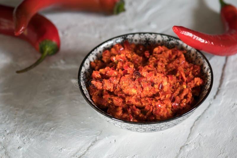 传统Maghrebi辣椒调味汁酱harissa Marocco和阿拉伯烹调 格鲁吉亚adjika 意大利peperoncino sause 免版税库存图片