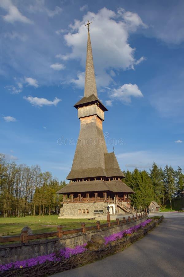 传统Maramures木教会在Sapanta仙子修道院,罗马尼亚里 库存图片