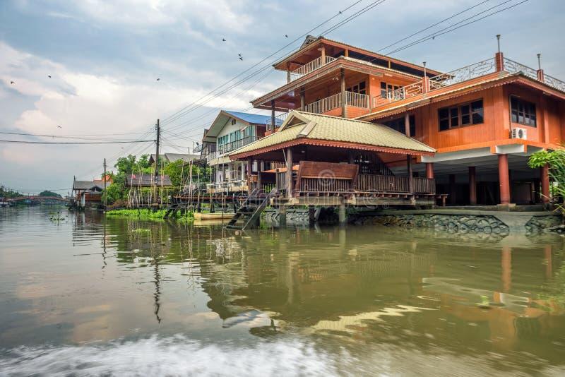传统Nonthaburi河沿泰国村庄在泰国 免版税库存照片
