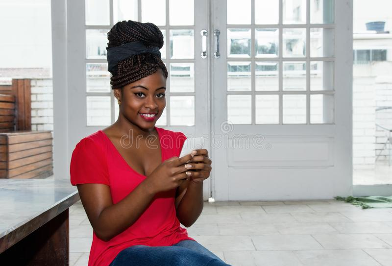 传送与电话的可爱的非裔美国人的妇女信息 图库摄影