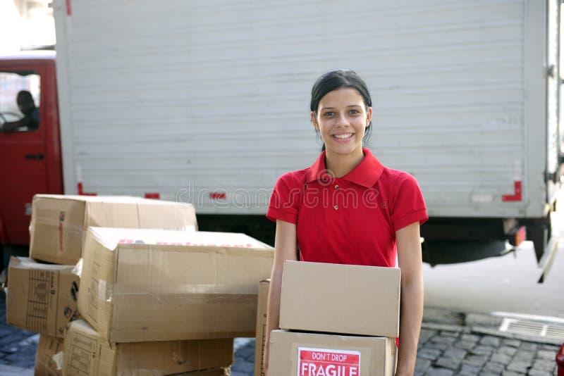传送发运搬家工人的纸板信使 免版税库存照片