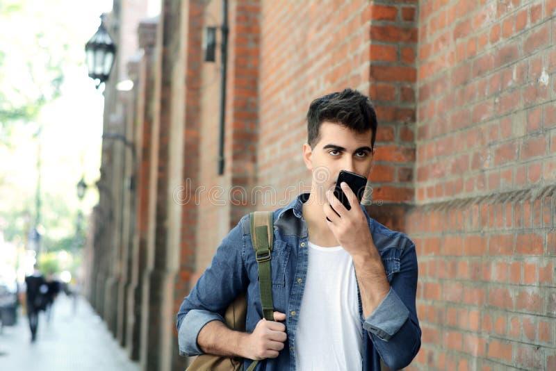 传送声音信息的年轻拉丁人画象  免版税库存照片