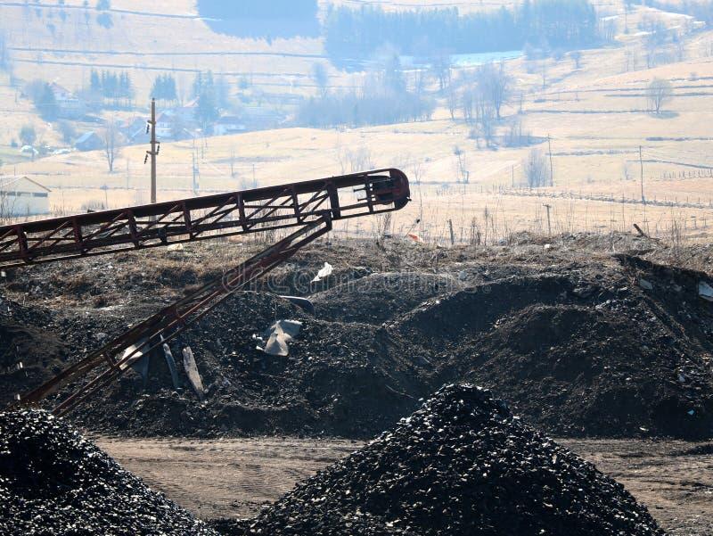传送带抛出煤炭 免版税库存照片