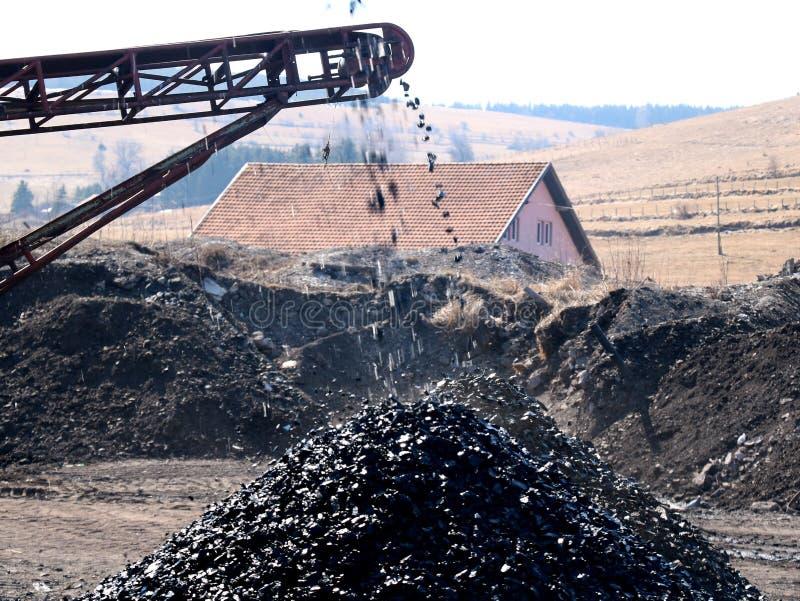 传送带抛出煤炭 库存照片