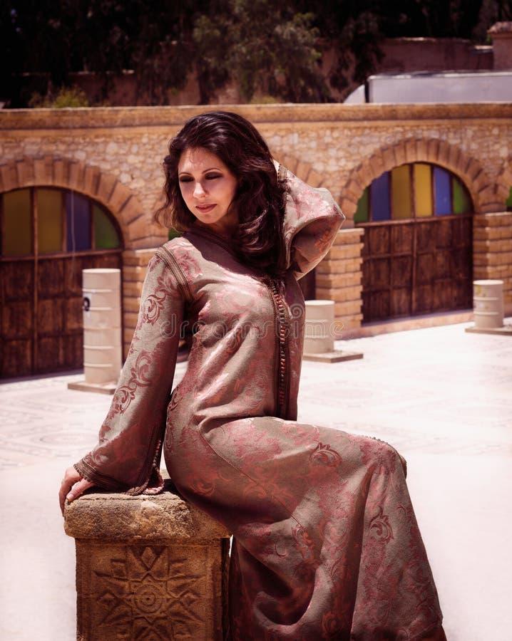 传统上摩洛哥卡夫坦长衣的美丽的少妇 免版税库存照片