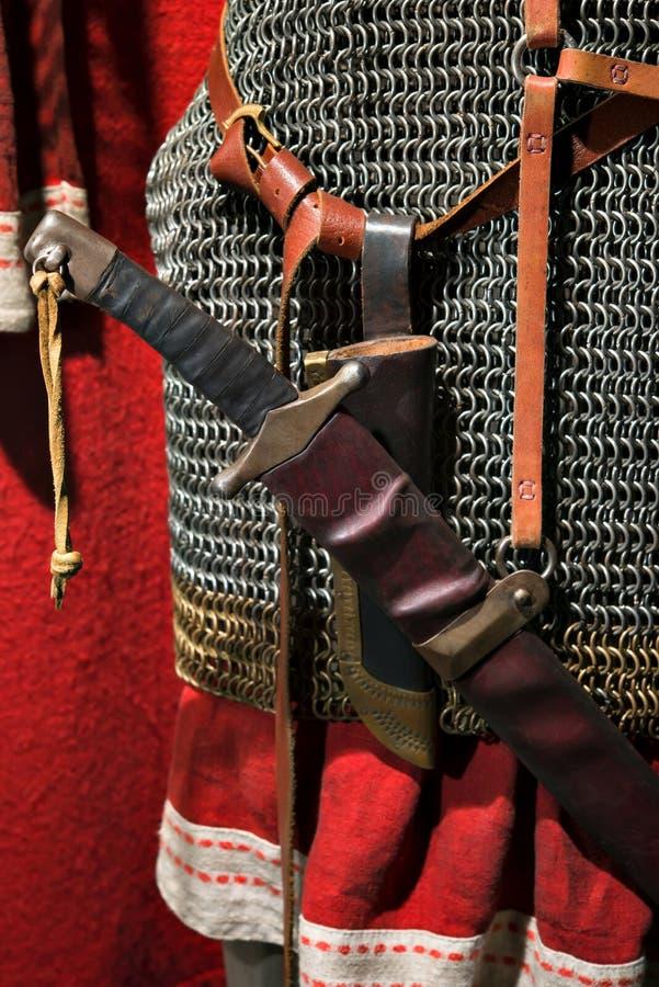 传统与一把剑的金属锁子甲在他的传送带 库存图片