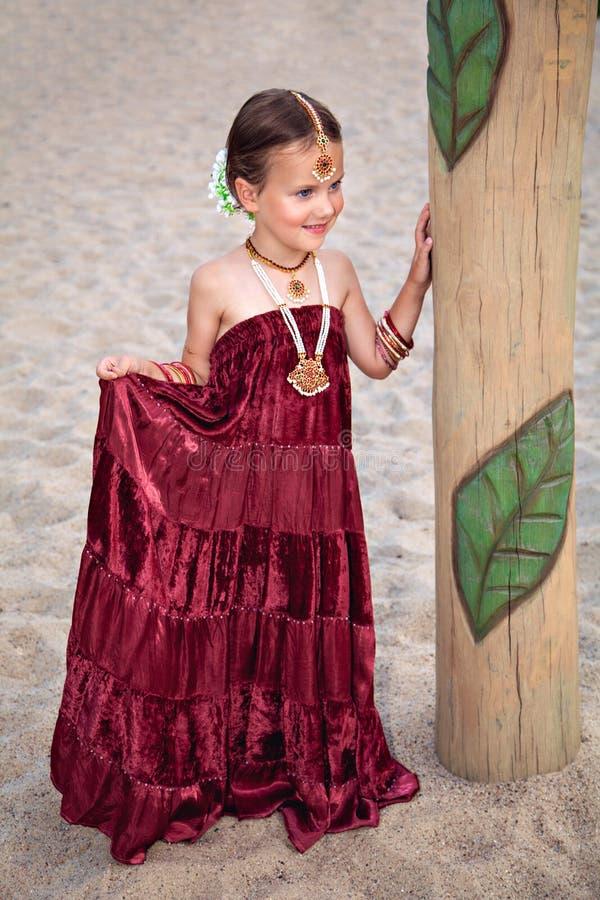 传统东方衣物和首饰的漂亮的孩子 图库摄影