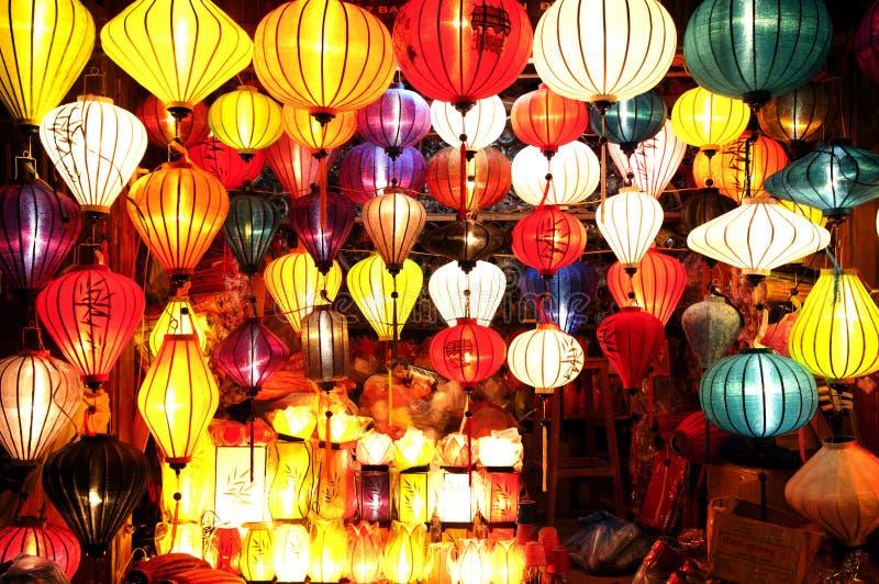 传统丝绸灯笼在会安市古镇,越南 库存照片