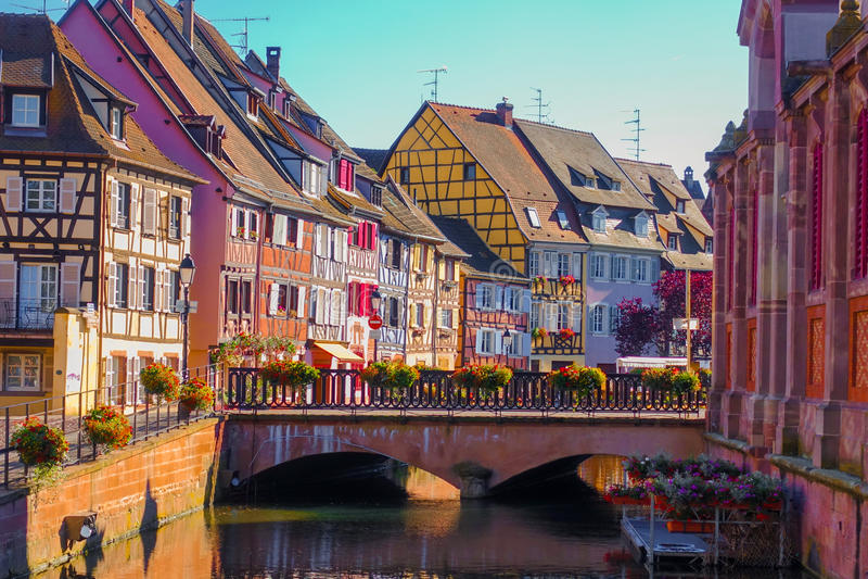 传统五颜六色的大厦看法在科尔马,阿尔萨斯历史老镇酒区域在法国 免版税库存照片