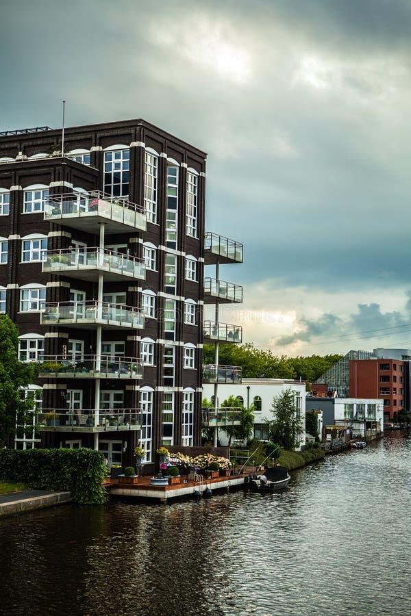 传统住宅荷兰大厦 在微明的一般风景 图库摄影