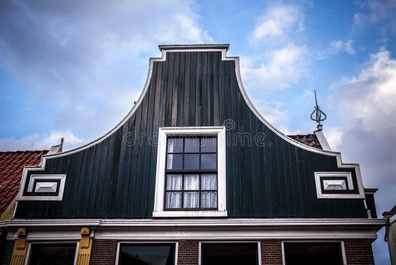 传统住宅荷兰大厦 在微明的一般风景 库存照片