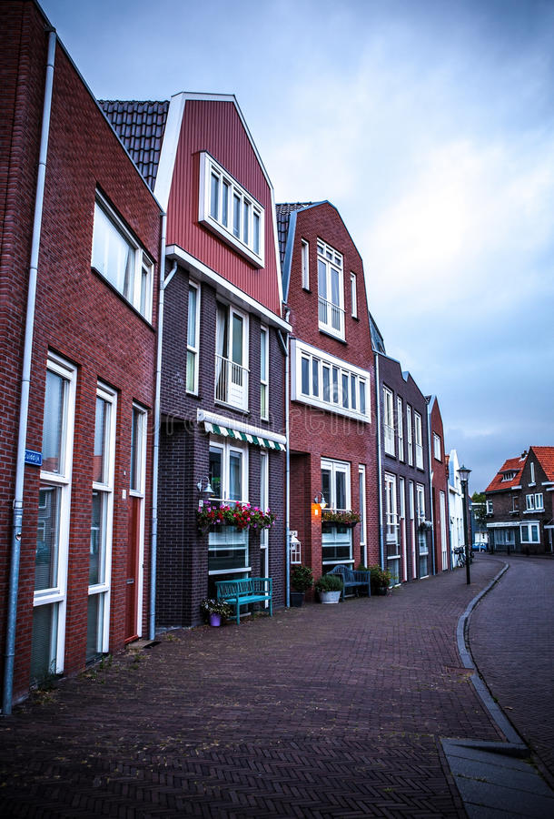 传统住宅荷兰大厦 在微明的一般风景 免版税库存图片