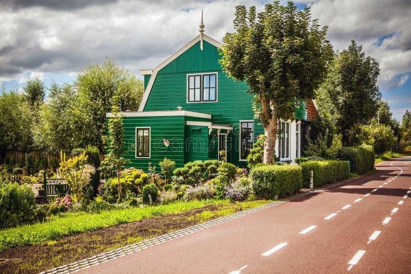 传统住宅荷兰大厦 在微明的一般风景 库存图片