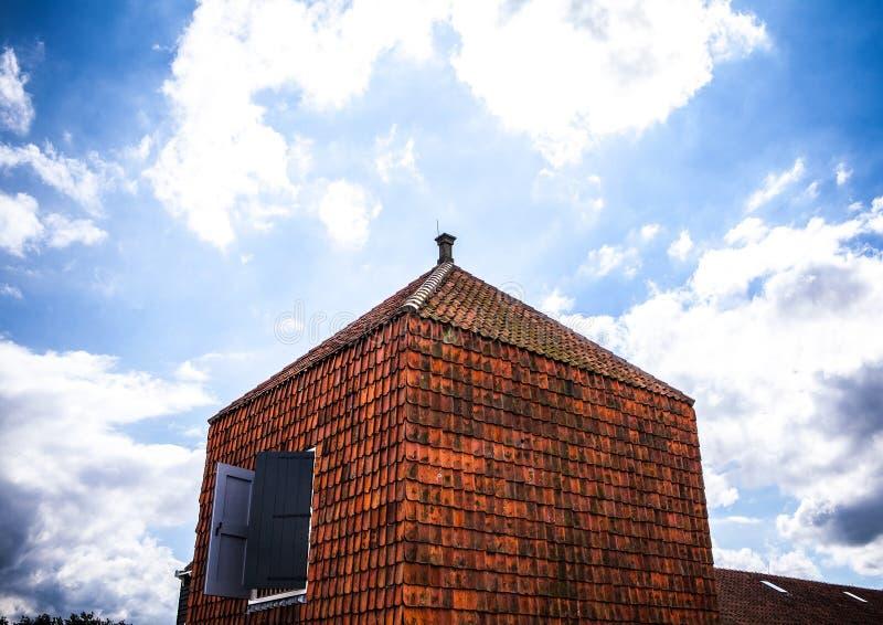 传统住宅荷兰大厦 在微明的一般风景 免版税库存照片