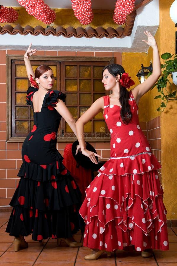 传统佛拉明柯舞曲礼服的妇女跳舞在宗教节日4月西班牙的de Abril期间 免版税库存图片