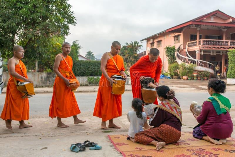 传统佛教救济仪式早晨 免版税库存照片