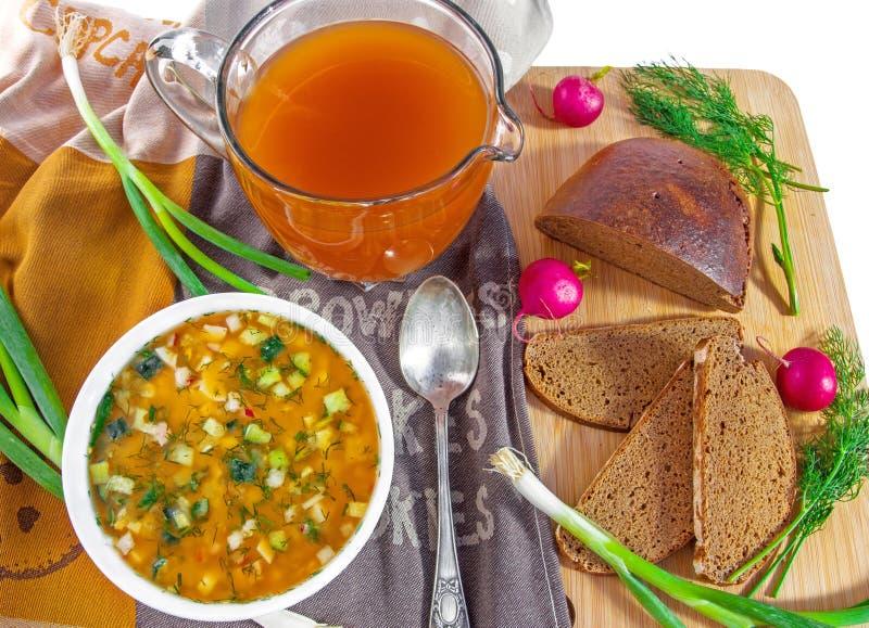 传统俄国冷的汤okroshka、水罐俄国啤酒和面包 免版税库存图片
