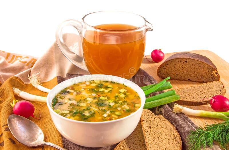 传统俄国冷的汤okroshka、水罐有俄国啤酒的和面包 库存照片