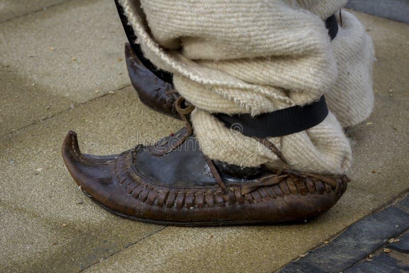 传统保加利亚语穿上鞋子tsarvuli伙计服装 库存照片