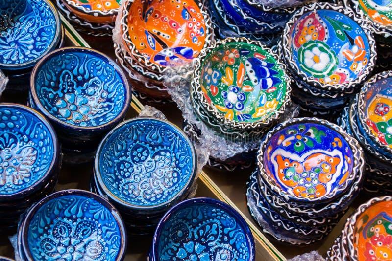 传统克里特岛人被绘的陶器待售在市中心商店克利特,希腊,欧洲 库存照片