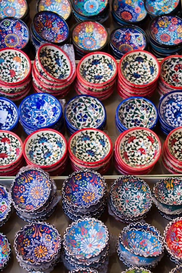 传统克里特岛人被绘的陶器待售在市中心商店克利特,希腊,欧洲 库存图片