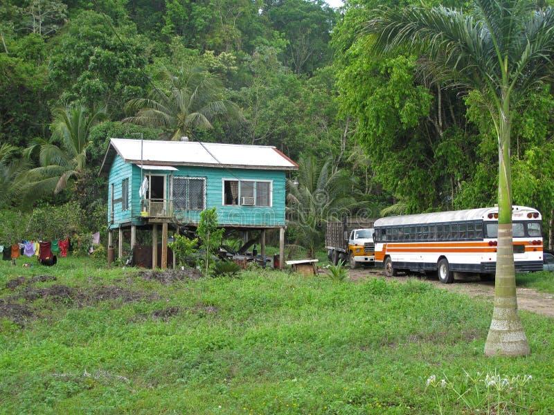 传统典型的carribean房子和老卡车在伯利兹 免版税库存图片