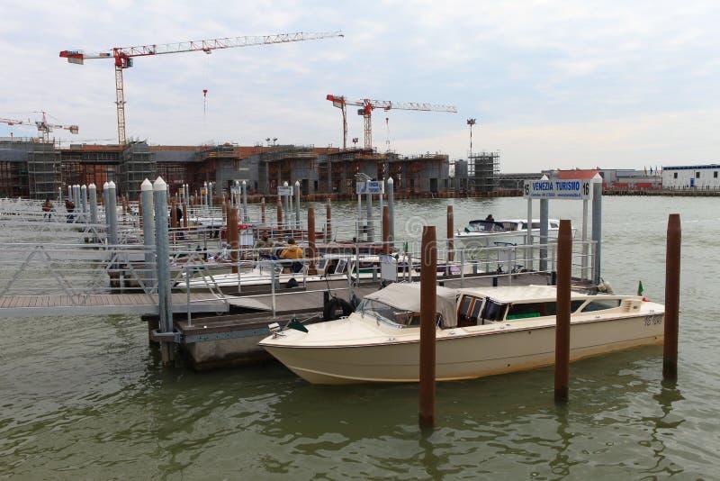 传统水出租汽车在威尼斯机场 免版税图库摄影