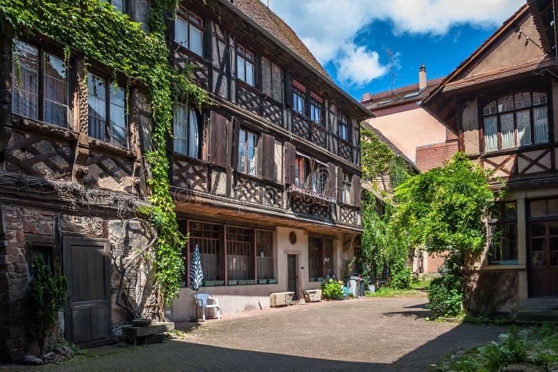 传统半木料半灰泥的建筑学在Obernai法国 免版税图库摄影