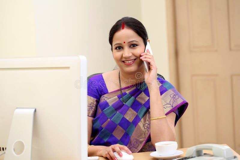 传统印地安女商人谈话在手机 免版税图库摄影